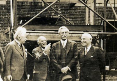 Albert Einstein , Abraham Flexner, John R. Hardin et Herbert Maass