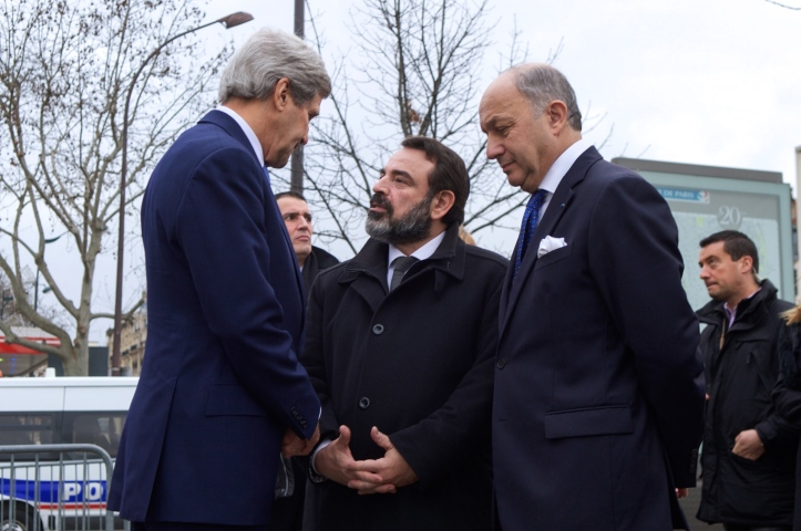 france27s_rabbinical_council_leader_mergui_speaks_with_secretary_kerry_and_french_foreign_minister_fabius_outside_of_hyper_cacher_kosher_grocery_in_paris_281629225539529