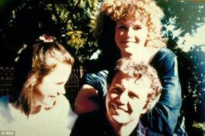 Antonia et Nicole photographiées avec feu leur père Antony Kidman