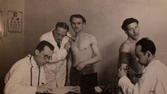 Leonas Petrauskas (à gauche) pratiquant la médecine
